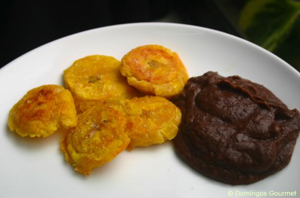 Patacones con frijoles molidos - Domingos Gourmet